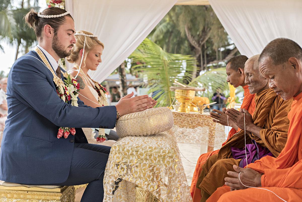Organisation-Mariage-marier-maries-mariee-ceremonie-Thailande-Plage-ile-Koh-Samui-Island-thai-evenementiel-evenements-demande-fiancailles-EVJF-EVG-noces-voyages-Wedding-ceremony-Planner-Thailand-Beach-Events-event-request-bachelor-bachelorette-groom-bride-bridal-traditionelle-traditions-thailandaise-moines-fil-eau-offrandes-bracelet-benediction-organisation-monks-siam-bless-ceremony-buddhist-8