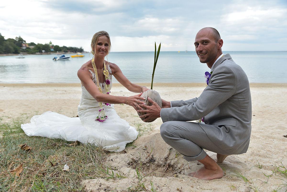 Organisation-Mariage-marier-maries-mariee-ceremonie-Thailande-Plage-ile-Koh-Samui-Island-thai-evenementiel-evenements-demande-fiancailles-EVJF-EVG-noces-voyages-Wedding-ceremony-Planner-Thailand-Beach-Events-event-request-bachelor-bachelorette-groom-bride-bridal-dress-traditions-traditionnelle-traditionel-tenue-vetement-costume-robe-thaïe-plantation-noix-coco-tradition-1