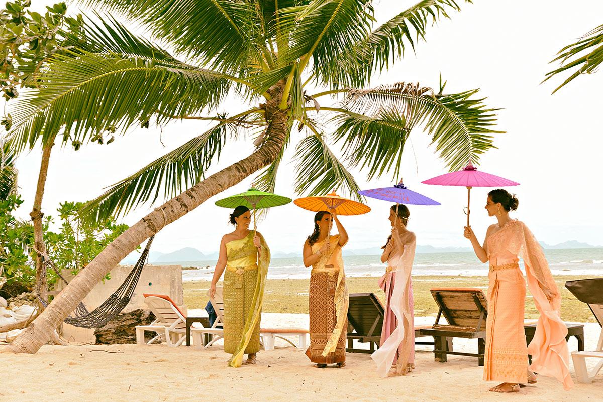 Organisation-Mariage-marier-maries-mariee-ceremonie-Thailande-Plage-ile-Koh-Samui-Island-thai-evenementiel-evenements-demande-fiancailles-EVJF-EVG-noces-voyages-Wedding-ceremony-Planner-Thailand-Beach-Events-event-request-bachelor-bachelorette-groom-bride-bridal-dress-traditions-traditionnelle-traditionel-tenue-vetement-costume-robe-thaïe-styliste-1