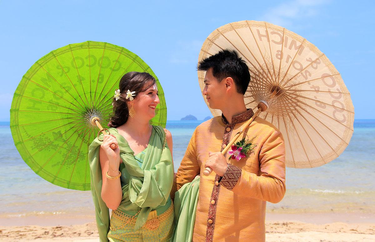 Organisation-Mariage-marier-maries-mariee-ceremonie-Thailande-Plage-ile-Koh-Samui-Island-thai-evenementiel-evenements-demande-fiancailles-EVJF-EVG-noces-voyages-Wedding-ceremony-Planner-Thailand-Beach-Events-event-request-bachelor-bachelorette-groom-bride-bridal-dress-family-famille-ombrelle-objet-equipment-23
