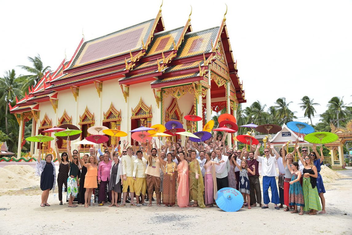 Organisation-Mariage-marier-maries-mariee-ceremonie-Thailande-Plage-ile-Koh-Samui-Island-thai-evenementiel-evenements-demande-fiancailles-EVJF-EVG-noces-voyages-Wedding-ceremony-Planner-Thailand-Beach-Events-event-request-bachelor-bachelorette-groom-bride-bridal-dress-family-famille-ombrelle-objet-equipment-13